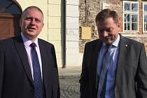 NA VENKOVĚ. Radní kraje zamířili do Žlutic na městský úřad. Na snímku zleva hejtman Martin Havel a starosta Václav Slavík.