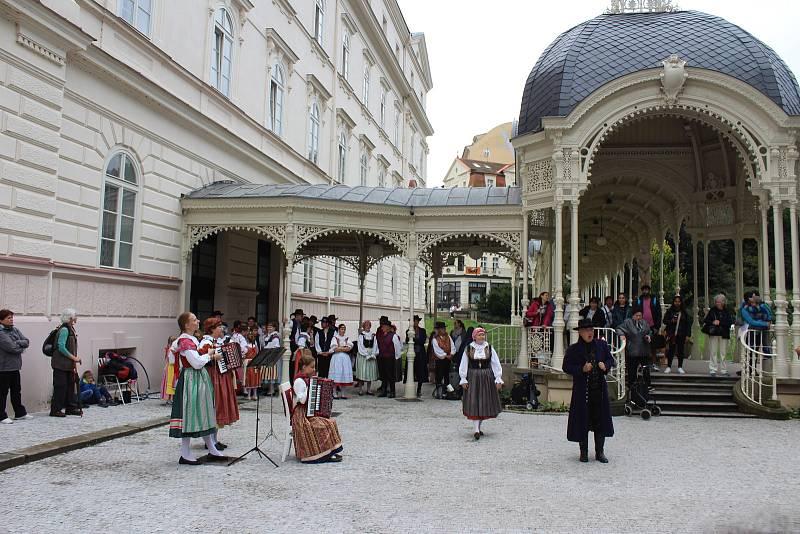 Součástí úterního programu bylo i vystoupení souboru Dyleň.