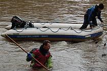 Na Karlovarsku jsou dva nebezpečné jezy, v Tuhnicích a v Radošově. Přestože jsou před nimi umístěny varovné značky, někteří vodáci je nerespektují. Na snímku z letošního ledna v Radošově potápěči hledají těla utonulých vodáků.