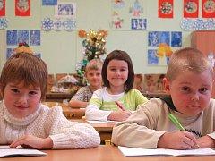 Tito žáčci ještě neměli možnost navštěvovat přípravný ročník v jazykové základní škole. O rok mladší děti tuto možnost mít budou. Je to výhodnější než při odkladu docházky další rok ve školce.