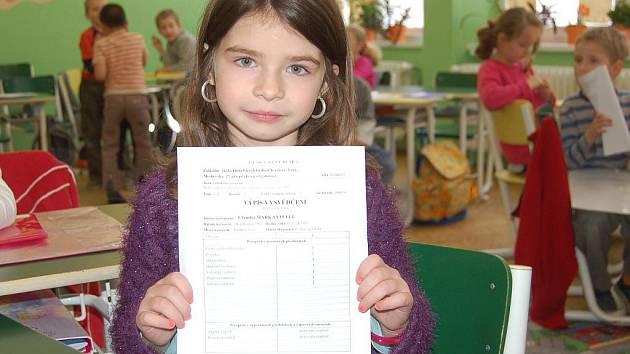 Pololetní vysvědčení prvňáčků na Základní škole v Karlových Varech.