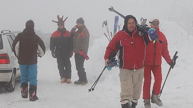 Spokojení lyžaři. Na jednom se o uplynulém víkendu shodli jak lyžaři, tak i provozovatelé zimních areálů. Sněhová nadílka je v polovině listopadu mimořádná.