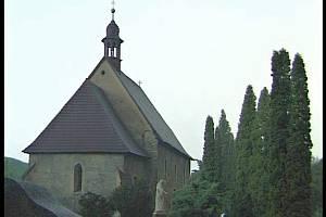 Je šedá skvrna před kostelem hrou světel a stínů, anebo skutečný duch v kápi?