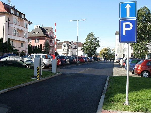 Parkoviště karlovarské nemocnice.