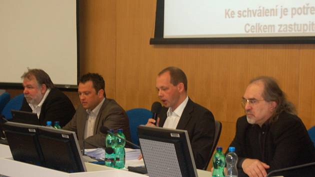 Vedení města se rozrostlo o jednoho náměstka. Zleva náměstek Jaroslav Růžička (nezávislý), nový první náměstek Petr Bursík (ODS), primátor Petr Kulhánek (KOA), náměstek Jiří Klsák (KOA).