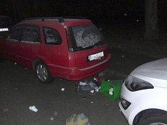 Cestou z hospody vytrhával koše a demoloval auta