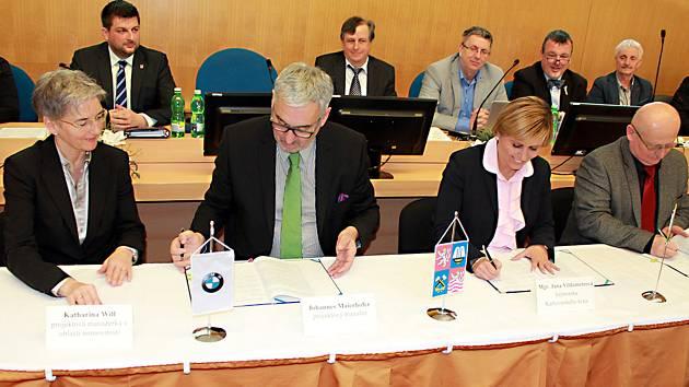Katharina Will, projektová manažerka pro oblast nemovitostí BMW AG, Johannes Maierhofer, projektový manažer BMW AG, hejtmanka Jana Vildumetzová, Jiří Pöpperl, předseda představenstva akciové společnosti Sokolovská uhelná (zleva).