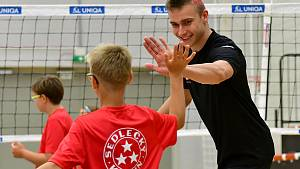 Volejbalový kemp zpestřili dětem svou účastí extraligoví hráči.