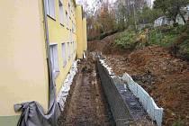 PROBLEMATICKÁ OPĚRNÁ zeď v karlovarské Jasmínové ulici přidělává vrásky zastupitelům.