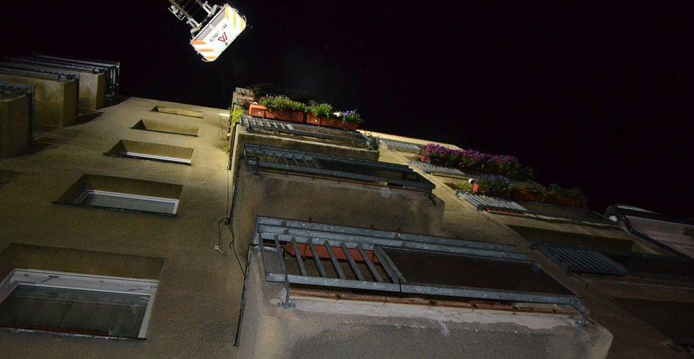 V pondělí večer hořelo v karlovarské Majakovského ulici. Byt ve třetím patře, kdo došlo k požáru, je zničený.