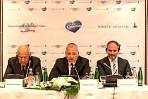RODINY SPOLEČNĚ. Společnost Karlovarské minerální vody (zleva Antonio Pasquale , zprava Alessandro Pasquale) spojila síly v podnikání s maďarskou rodinou Levente Balogha (uprostřed), majitele společnosti Szentkirályi.