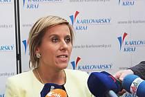 PRVNÍ ROZHOVOR. Krátce po zvolení obklopili novou hejtmanku Karlovarského kraje Janu Vildumetzovou nedočkaví novináři, aby ji vyzpovídali.