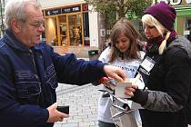 Studentky karlovarské střední pedagogické školy vybíraly ve čtvrtek dopoledne příspěvky na sbírku Bílá pastelka.
