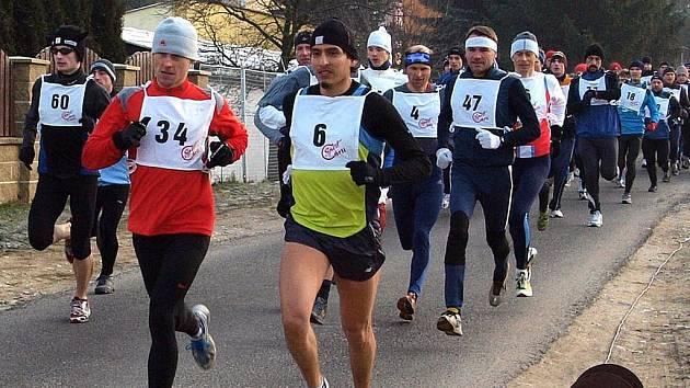 Novoroční běh. Už krátce po startu se na čele závodu usadili oba největší favorité Vladimir Escajadillo (6) a Roman Skalský (34).
