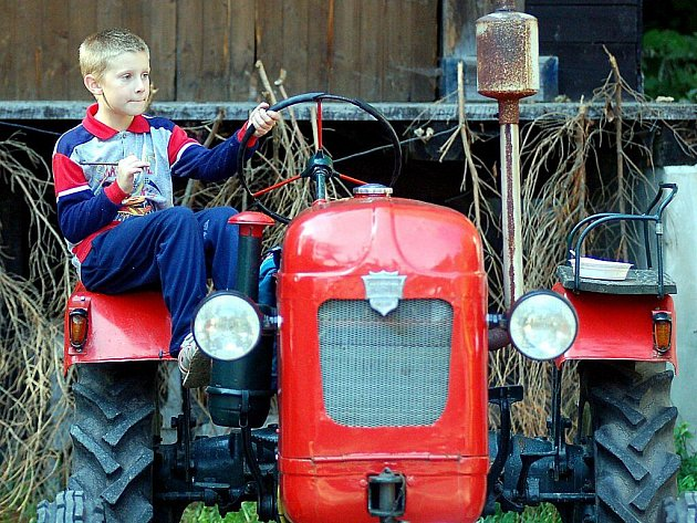 Sobotní den patřilo country městečko ve Vysoké Peci na Karlovarsku tradiční traktoriádě, kde byly k zhlédnutí traktory různého stáří.