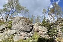 Dračí skála, která se tyčí do výšky 953 m n. m., je vrchol ležící 3 km jihovýchodně od Perninského vrchu a 2 km jižně od Perninku.