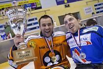 Sledge hokejisté Zlína (v oranžovém) po sobotním vítězství 2:0 nad Karlovými Vary dosáhli na druhý mistrovský titul ve své historii.