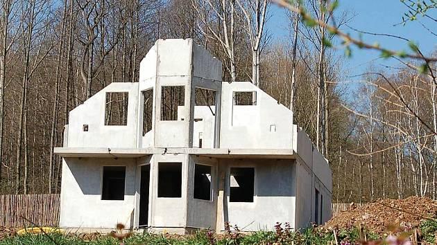 Jan Košinár si pro stavbu chaty nevybral právě ideální místo, archeologickou rezervaci. Je to jeho vina, nebo vina úředníků?