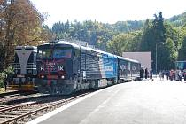 První vlak včera slavnostně vyrazil po zrekonstruované trati Kyselka – Vojkovice. Karlovarské minerální vody tak obnovily transport svých produktů po železnici.