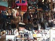 Zboží zabavené celníky na asijském tržišti ve Svatém Kříži.
