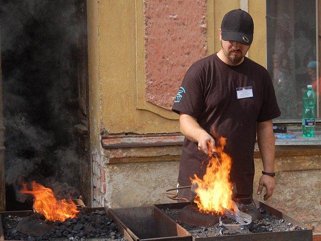 KDYBYCH JÁ BYL KOVÁŘEM a měl jeho sílu... Na mezinárodní kovářské sympozium v Bečově přijeli umělci a fakt chlapi jak se patří.