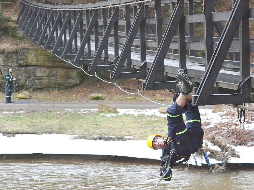 Slaňování do hloubek. I takto nebezpečné situace si museli hasiči natrénovat.