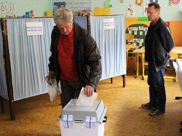 V Karlovarském kraji dnes druhým dnem pokračují volby.