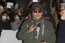 Johnny Depp prošel karlovarským letištěm zahalen šátkem, který mu nahrazoval respirátor. Nezapomněl na tradiční doplněk, sluneční brýle. S lidmi, kteří tu na něj čekali, se přátelsky pozdravil.