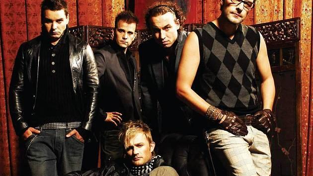 Mig 21 přistane v Nejdku 10. října. Hned následující týden vystoupí na téže scéně skupina Support Lesbiens (na snímku) v rámci svého TOUR 2008.
