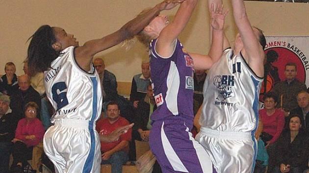 Kruté vystřízlivění. To potkalo karlovarské basketbalistky ve třetím kole Trocal ŽBL v Brně, kde podlehly devadesátibodovým rozdílem hráčkám Gambrinusu. (Ilustrační foto.)