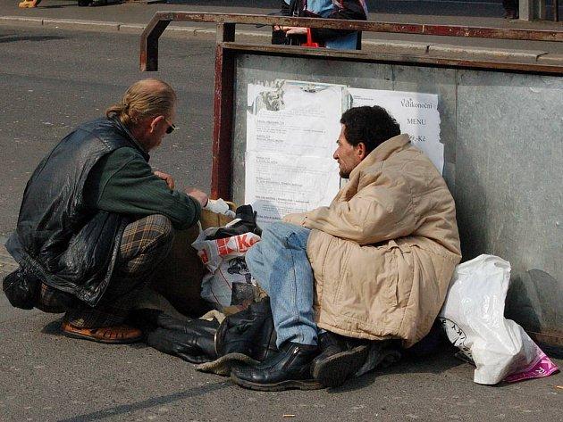 I tak se dá skončit. Lidé, kteří přišli o střechu nad hlavou a přežívají na ulici jsou většinou i alkoholici. Popíjel i mrtvý vozíčkář a míval spory s  kdekým. Nakonec byl zavražděn. (Ilustrační foto.)