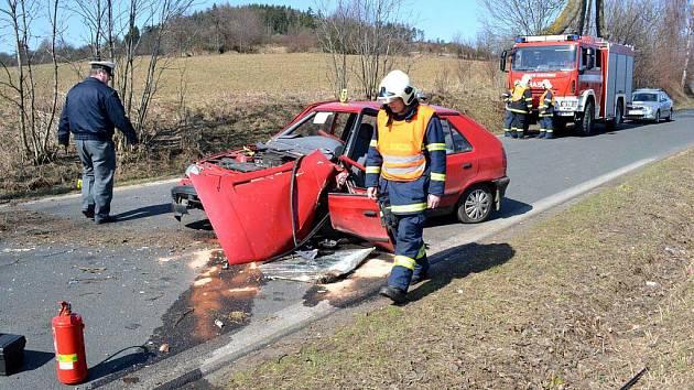 Řidič osobního automobilu Škoda zemřel v úterý 29. března dopoledne po nárazu do stromu nedaleko od Žlutic