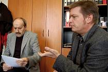 Šéf karlovarské vysoké školy Jiří Drábek (vpravo) za někoho jedná. Za koho? To stále odmítá říci.