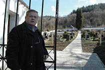NOVÁ CESTA. Starosta Josef Janát ukazuje novou dlážděnou cestu na obnovém hřbitově v Kyselce.
