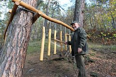 Jeden z herních prvků na Lesní stezce žlutickým Pohádkovým lesem.
