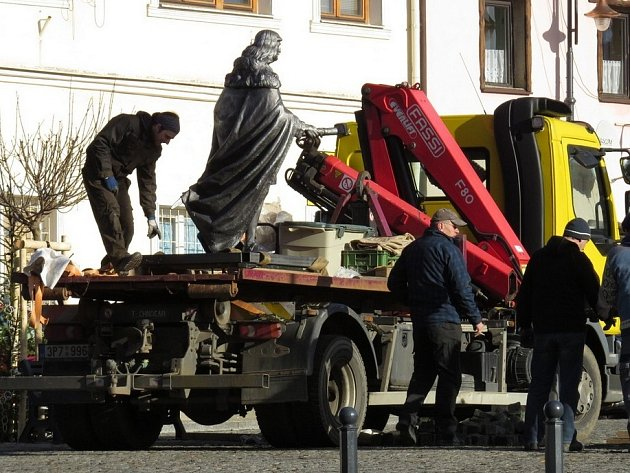 Známý český panovník Jiří z Poděbrad přijel v pondělí do Toužimi, nikoliv na koni, ale na nákladním autě. Jeho socha bude zdobit náměstí, které bude dnes po rekonstrukci slavnostně otevřeno.