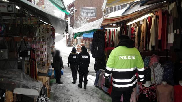 Kontroly se účastnily tři desítky policistů z různých odborů v Karlových Varech.