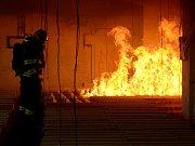 ČTRNÁCT KUBÍKŮ dřeva mělo simulovat běžné zaplnění kanceláří. Požár monitorovalo přes sedm stovek čidel, data budou odborníci z několika koutů Evropy vyhodnocovat ještě několik týdnů. Hasiči pak ruinu využijí k dalším cvičením.