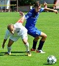 Karlovarská Slavia (v modrém) obstála v generálce, kterou vyhrála 2:0 nad Chomutovem (v bílém).