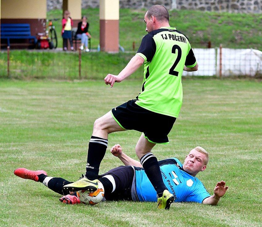 Fotbalisté Kyselky (v modrém) v úvodním kole III. třídy porazily Počerny 3:1.