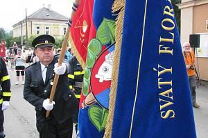 Dobrovolní hasiči ve Vojkovicích slavili 90. výročí sboru a převzali nový prapor.