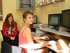 Jáchymovská škola vydává i vlastní školní časopis Sklo, děti se tak naučí pracovat s informacemi a přinášet svým spolužákům aktuální a zajímavé informace z prostředí školy.