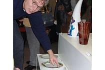 Práce studentů Keramické a sklářské školy zaujaly i ředitele karlovarské Galerie umění Jana Samce, který školu se stejným zaměřením vystudoval v první polovině 70. let v Bechyni.