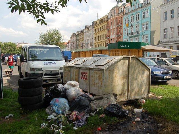 Klienti, kteří parkují v karlovarské Varšavské ulici na městském parkovišti na straně poblíž Becherovky, by si měli nyní raději pořádně zacpat nos. Může za to silný zápach, který se line z kontejneru v této části tržiště.