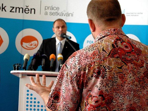 Z OČÍ DO OČÍ. Zastupitel Jiří Kotek (na snímku zády) předal ministru Ivanu Langerovi CD se záznamem losovačky a informoval ho o dalších kauzách. Ministr s nimi ale prý nemůže nic dělat.