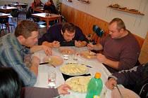 Přibližně desítka vyznavačů dobrého jídla změřila v úterý v karlovarské jídelně síly v pojídání tradiční české svíčkové.