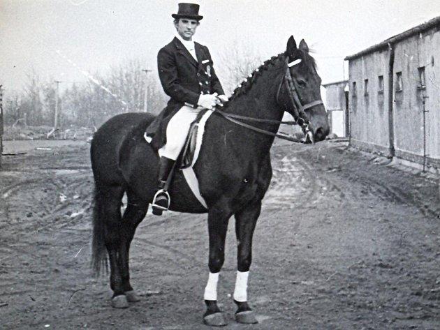 V roce 1985 jezdil Vít Čmolík v sedle Nitky. S touto klisnou dokázal získat tři tituly mistra tehdejšího Československa.