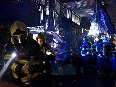 Požár haly s nábytkem v Karlových Varech