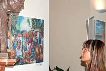 MISTR NEPŘIJEL, ALE NA VÝSTAVĚ NECHYBÍ. Karlovarská vernisáž výstavy obrazů Karla Gotta se sice musela obejít bez jeho osobní přítomnosti, ale na její návštěvníky shlíží jeho busta.