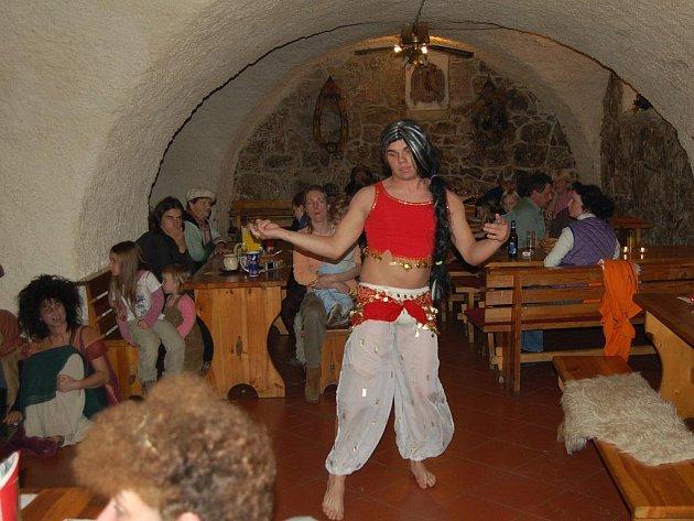 Do dávných dob kejklířů, žebráků, drábů či katů se vrátili návštěvníci sobotního 1. dne středověku v děpoltovickém jezdeckém klubu Pegas.